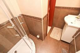 Ванная комната. Будванская ривьера, Черногория, Петровац : Апартамент для 4-5 человек, с 2-мя отдельными спальнями, 30 метров до моря