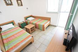 Спальня. Бечичи, Черногория, Бечичи : Апартамент для 4 человек, с 2-мя отдельными спальнями, с балконом