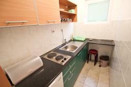 Кухня. Бечичи, Черногория, Бечичи : Апартамент для 4 человек, с 2-мя отдельными спальнями, с балконом