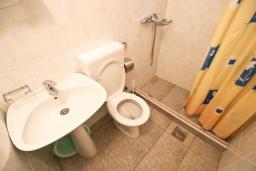 Ванная комната. Бечичи, Черногория, Бечичи : Апартамент для 4 человек, с 2-мя отдельными спальнями, с балконом