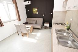 Гостиная. Будванская ривьера, Черногория, Бечичи : Апартамент отдельной спальней, с балконом