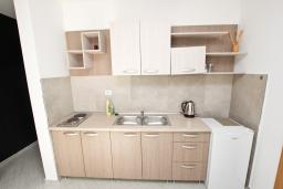 Кухня. Бечичи, Черногория, Бечичи : Апартамент отдельной спальней, с балконом