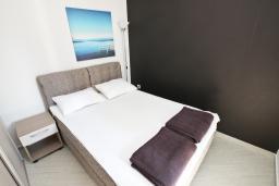 Спальня. Будванская ривьера, Черногория, Бечичи : Апартамент отдельной спальней, с балконом
