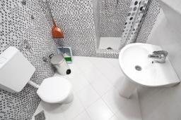 Ванная комната. Будванская ривьера, Черногория, Бечичи : Апартамент отдельной спальней, с балконом