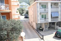 Вид. Будванская ривьера, Черногория, Бечичи : Апартамент отдельной спальней, с балконом