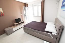 Студия (гостиная+кухня). Бечичи, Черногория, Бечичи : Студия в Бечичи с балконом в 400 метрах от моря