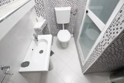Ванная комната. Бечичи, Черногория, Бечичи : Студия в Бечичи с балконом в 400 метрах от моря
