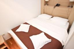 Спальня. Будванская ривьера, Черногория, Булярица : Современная комната для 2-х человек, 80 метров до моря