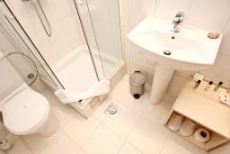 Ванная комната. Будванская ривьера, Черногория, Булярица : Современная комната для 2-х человек, 80 метров до моря