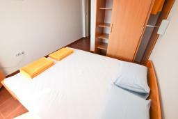 Спальня. Будванская ривьера, Черногория, Петровац : Апартаменты с отдельной спальней, с балконом с видом на море