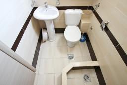 Ванная комната. Будванская ривьера, Черногория, Петровац : Студия для 2-3 человек, с балконом