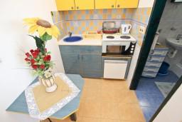 Кухня. Будванская ривьера, Черногория, Святой Стефан : Студия с террасой с видом на море