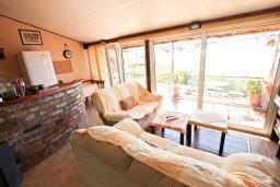 Гостиная. Будванская ривьера, Черногория, Святой Стефан : Уютный апартамент для с отдельной спальней, с террасой с видом на море