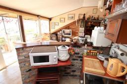Кухня. Будванская ривьера, Черногория, Святой Стефан : Уютный апартамент для с отдельной спальней, с террасой с видом на море
