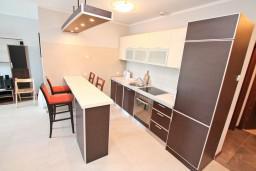Кухня. Боко-Которская бухта, Черногория, Доброта : Современный апартамент с отдельной спальней, с террасой с видом на море
