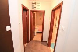 Коридор. Боко-Которская бухта, Черногория, Доброта : Современный апартамент с отдельной спальней, с террасой с видом на море