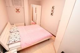 Спальня. Боко-Которская бухта, Черногория, Доброта : Современный апартамент с отдельной спальней, с террасой с видом на море