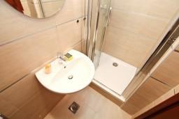 Ванная комната. Боко-Которская бухта, Черногория, Доброта : Современный апартамент с отдельной спальней, с террасой с видом на море