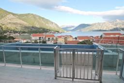 Вид на море. Боко-Которская бухта, Черногория, Доброта : Современный апартамент с отдельной спальней, с террасой с видом на море