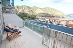 Терраса. Боко-Которская бухта, Черногория, Доброта : Современный апартамент с отдельной спальней, с террасой с видом на море