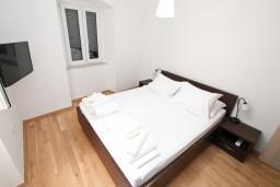 Спальня. Боко-Которская бухта, Черногория, Котор : Современный апартамент с отдельной спальней, с большой гостиной