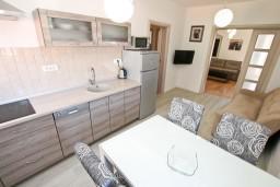 Кухня. Боко-Которская бухта, Черногория, Котор : Современный апартамент с отдельной спальней, с большой гостиной