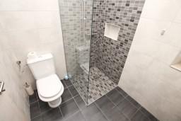 Ванная комната. Боко-Которская бухта, Черногория, Котор : Современный апартамент с отдельной спальней, с большой гостиной