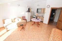 Гостиная. Боко-Которская бухта, Черногория, Доброта : Апартаменты с отдельной спальней, с террасой с шикарным видом на море, 30 метров от пляжа