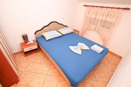Спальня. Боко-Которская бухта, Черногория, Доброта : Апартаменты с отдельной спальней, с террасой с шикарным видом на море, 30 метров от пляжа