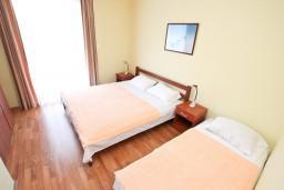 Спальня. Боко-Которская бухта, Черногория, Столив : Апартамент с отдельной спальней, с балконом с шикарным видом на море