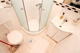 Ванная комната. Боко-Которская бухта, Черногория, Столив : Апартамент с отдельной спальней, с балконом с шикарным видом на море