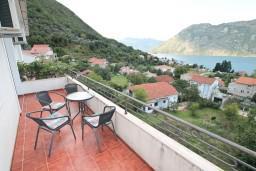 Балкон. Боко-Которская бухта, Черногория, Столив : Апартамент с отдельной спальней, с балконом с шикарным видом на море