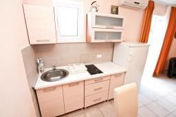 Кухня. Боко-Которская бухта, Черногория, Столив : Апартамент для 3-5 человек, с отдельной спальней, с балконом с шикарным видом на море