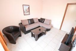 Гостиная. Боко-Которская бухта, Черногория, Столив : Апартамент для 3-5 человек, с отдельной спальней, с балконом с шикарным видом на море