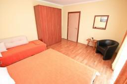 Спальня. Боко-Которская бухта, Черногория, Столив : Апартамент для 3-5 человек, с отдельной спальней, с балконом с шикарным видом на море
