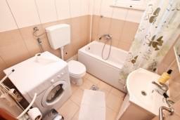 Ванная комната. Боко-Которская бухта, Черногория, Столив : Апартамент для 3-5 человек, с отдельной спальней, с балконом с шикарным видом на море