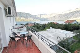 Балкон 2. Боко-Которская бухта, Черногория, Столив : Апартамент для 3-5 человек, с отдельной спальней, с балконом с шикарным видом на море