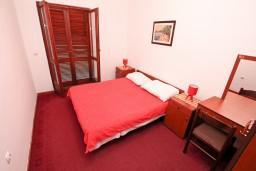 Спальня. Боко-Которская бухта, Черногория, Столив : Апартамент для 4-5 человек, с 2-мя отдельными спальнями, с террасой