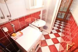 Ванная комната. Боко-Которская бухта, Черногория, Столив : Апартамент для 4-5 человек, с 2-мя отдельными спальнями, с террасой