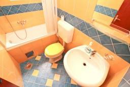 Ванная комната. Боко-Которская бухта, Черногория, Котор : Комната для 2 человек, с балконом, 50 метров до моря