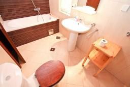Ванная комната. Боко-Которская бухта, Черногория, Котор : Студия для 2-3 человек, 50 метров до моря