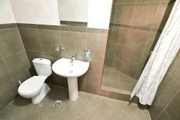 Ванная комната. Боко-Которская бухта, Черногория, Котор : Студия для 2 человек, с террасой, 50 метров до моря
