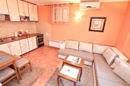 Гостиная. Боко-Которская бухта, Черногория, Муо : Апартамент с отдельной спальней, с большой террасой с видом на море, возле пляжа