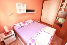 Спальня. Боко-Которская бухта, Черногория, Муо : Апартамент с отдельной спальней, с большой террасой с видом на море, возле пляжа