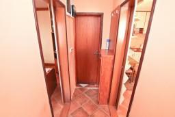Коридор. Боко-Которская бухта, Черногория, Муо : Апартамент с отдельной спальней, с большой террасой с видом на море, возле пляжа