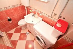 Ванная комната. Боко-Которская бухта, Черногория, Муо : Апартамент с отдельной спальней, с большой террасой с видом на море, возле пляжа