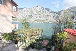 Вид на море. Боко-Которская бухта, Черногория, Муо : Апартамент с отдельной спальней, с большой террасой с видом на море, возле пляжа