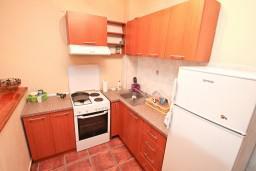 Кухня. Боко-Которская бухта, Черногория, Люта : 2-х этажный апартамент для 4-6 человек, с 2-мя отдельными спальнями, с 2-мя ванными комнатами, с террасой, 10 метров до моря