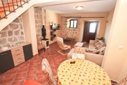 Гостиная. Боко-Которская бухта, Черногория, Люта : 2-х этажный апартамент для 4-6 человек, с 2-мя отдельными спальнями, с 2-мя ванными комнатами, с террасой, 10 метров до моря