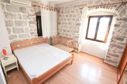 Спальня. Боко-Которская бухта, Черногория, Люта : 2-х этажный апартамент для 4-6 человек, с 2-мя отдельными спальнями, с 2-мя ванными комнатами, с террасой, 10 метров до моря